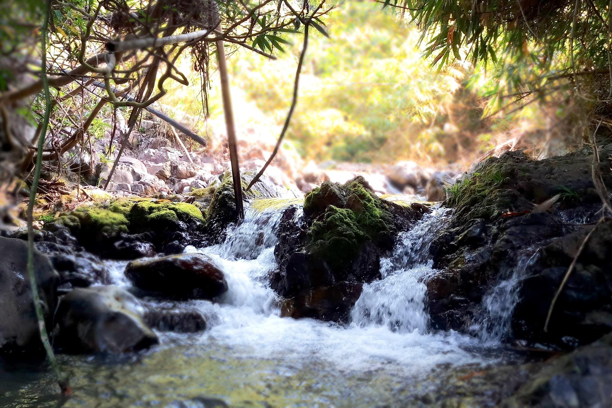 Những ghềnh đá nhấp nhô phân chia hai làn nước chảy róc rách. Ảnh: Đ.N