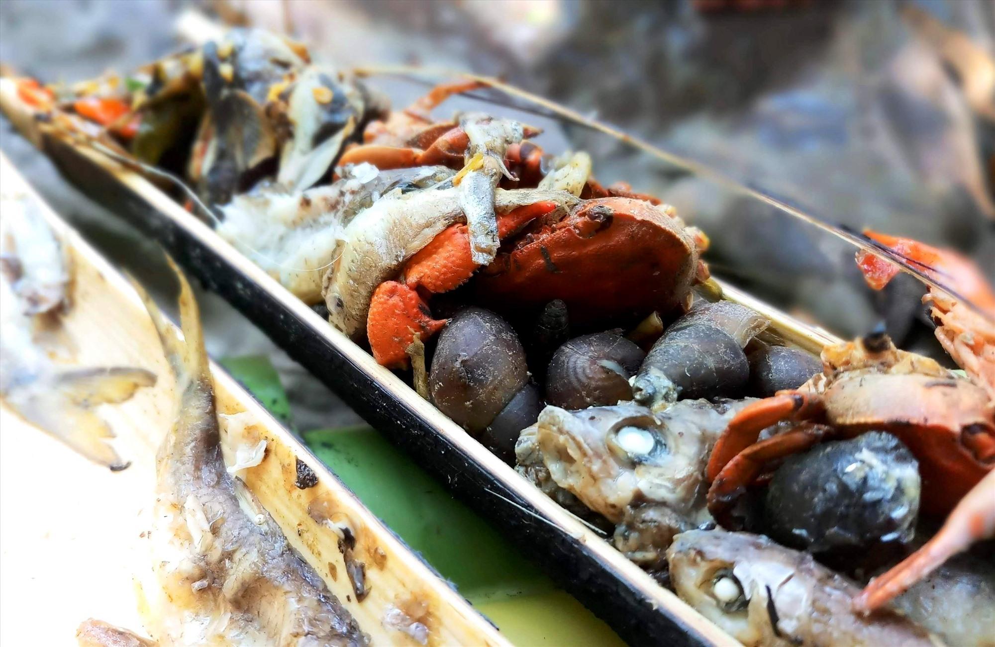 Cá, cua, ếch... sau khi bắt về được chế biến theo các món ăn truyền thống của đồng bào vùng cao. Ảnh: Đ.N