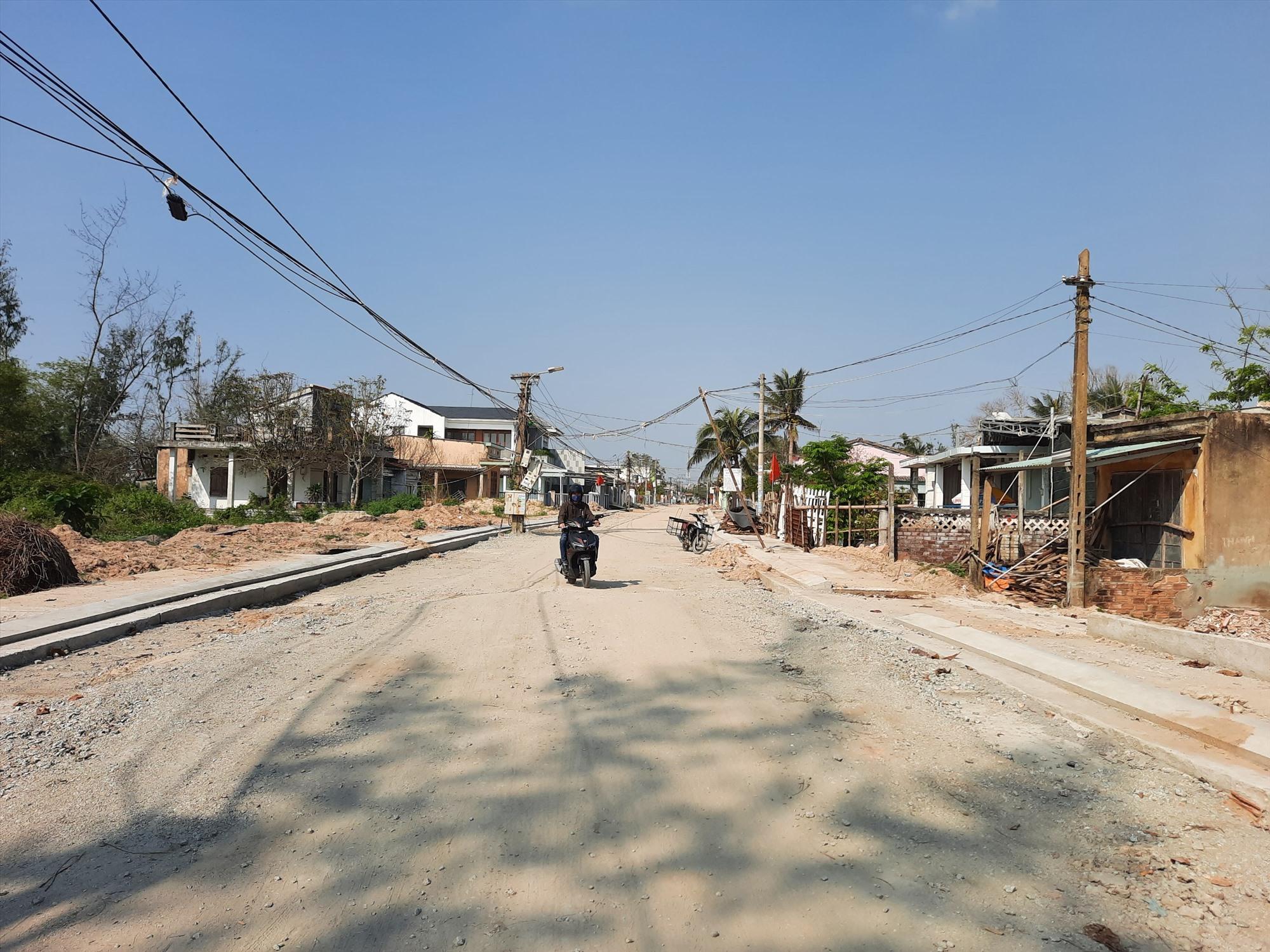 Người dân tin tưởng khi dự án hoàn thành sẽ mở ra cơ hội phát triển bãi tắm Bình Minh và tạo diện mạo mới cho đô thị ven biển trong tương lai. Ảnh: H.Q