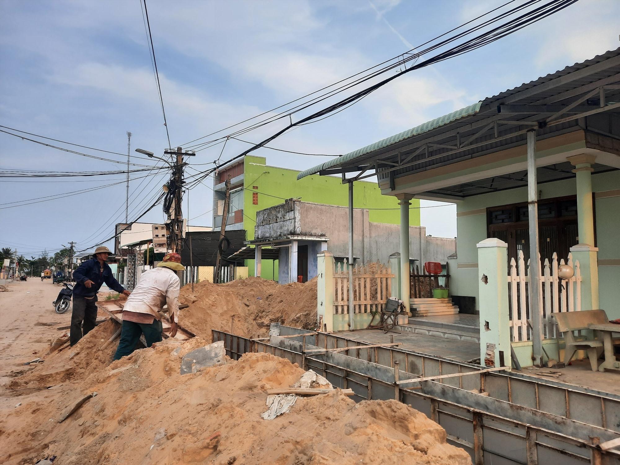 Hàng chục hộ dân sống 2 bên đường tình nguyện hiến đất, vật kiến trúc để đơn vị thi công triển khai dự án. Ảnh: H.Q
