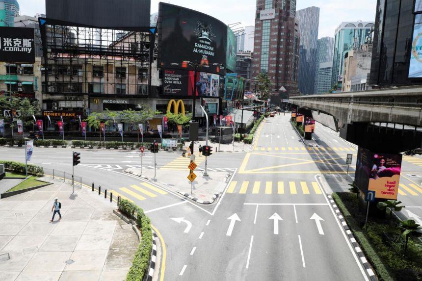 Thành phố Kuala Lumpur vắng vẻ khi Malaysia tái phong tỏa toàn quốc vì Covid-19. Ảnh: Reuters