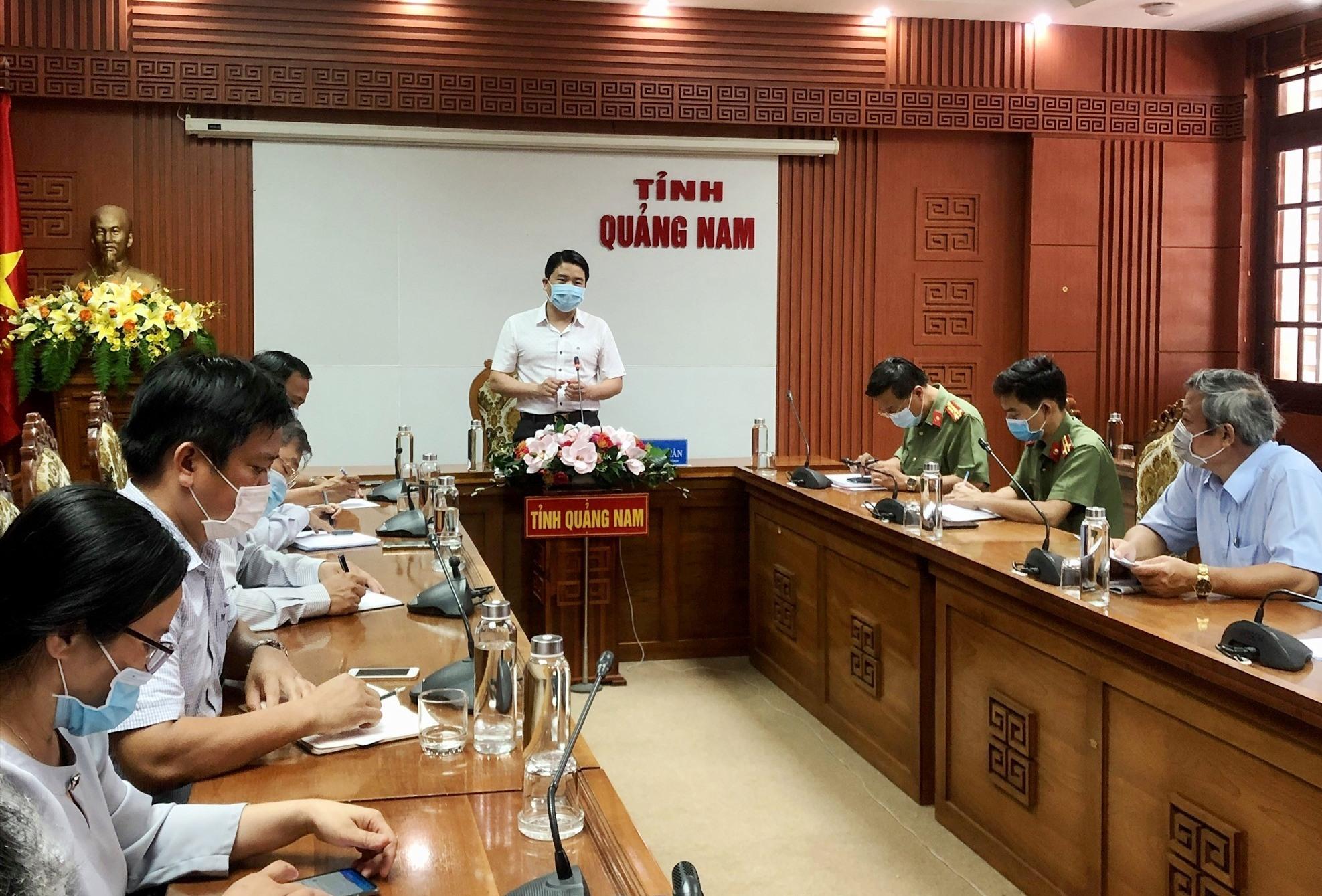 Phó Chủ tịch UBND tỉnh Trần Văn Tân chủ trì buổi làm việc. Ảnh: X.H