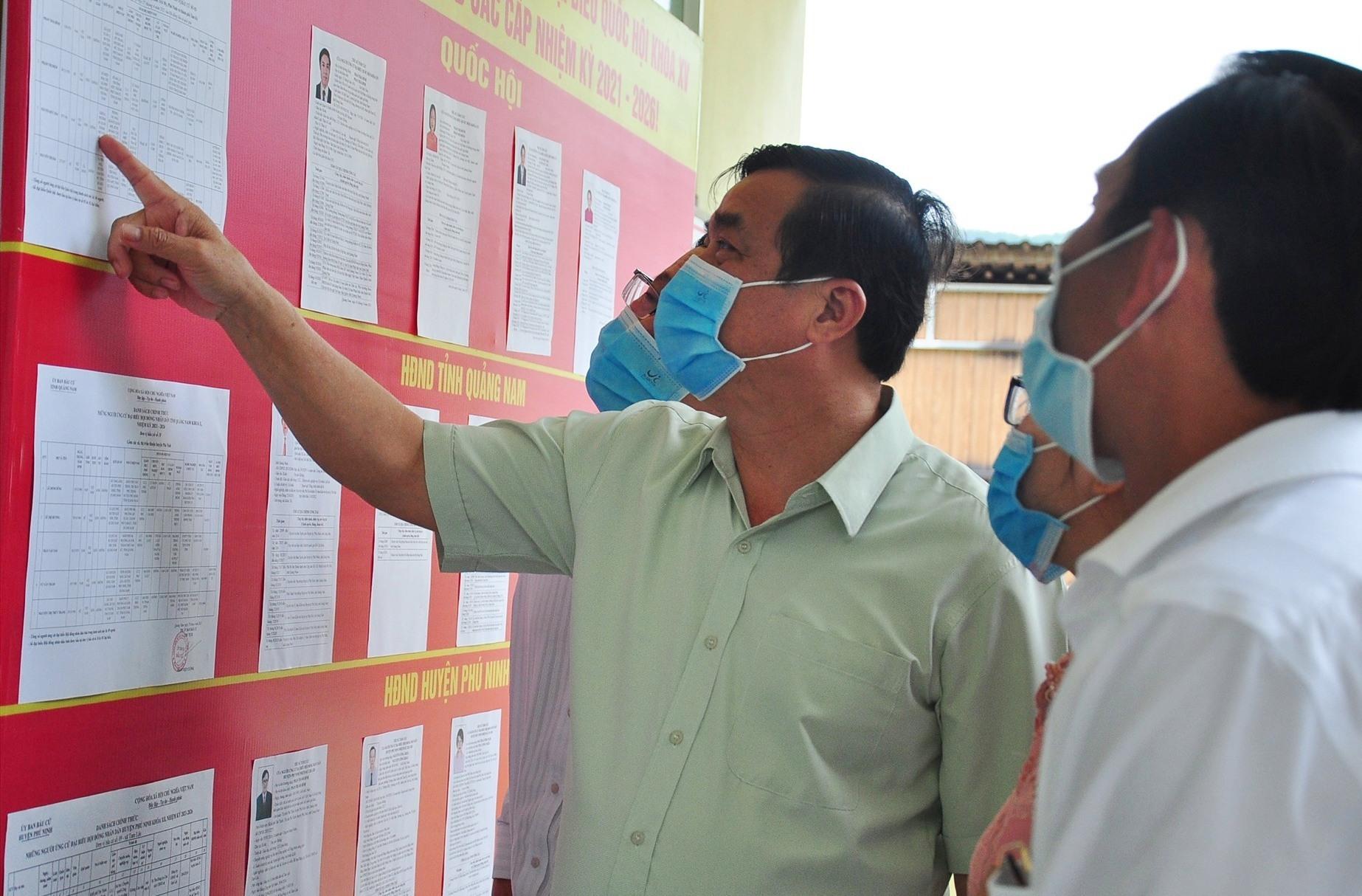Bí thư Tỉnh ủy Phan Việt Cường kiểm tra việc niêm yết danh sách cử tri tại khu vực bỏ phiếu thôn Đại Đồng (xã Tam Lộc). Ảnh: VINH ANH