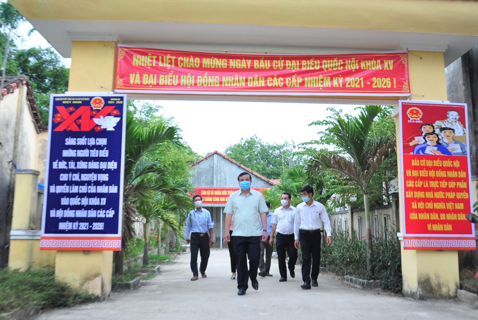 Việc trang trí tuyên truyền bầu cử tại khu vực bỏ phiếu thôn An Hòa (xã Tam An). Ảnh: VINH ANH