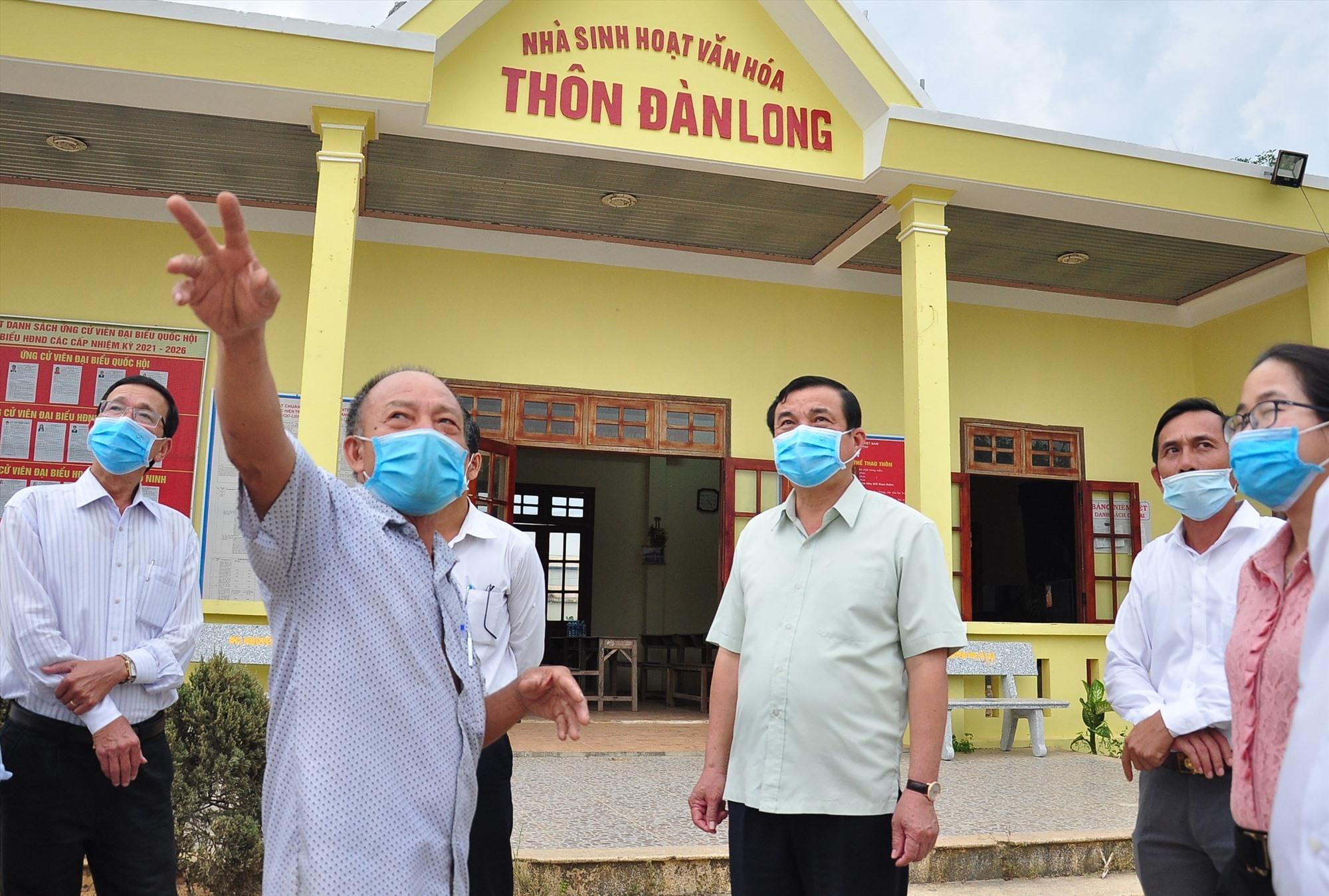 Bí thư Chi bộ, Trưởng thôn Đàn Long, xã Tam Đàn (áo ca rô) trao đổi với đoàn kiểm tra về công tác chuẩn bị bầu cử. Ảnh: VINH ANH