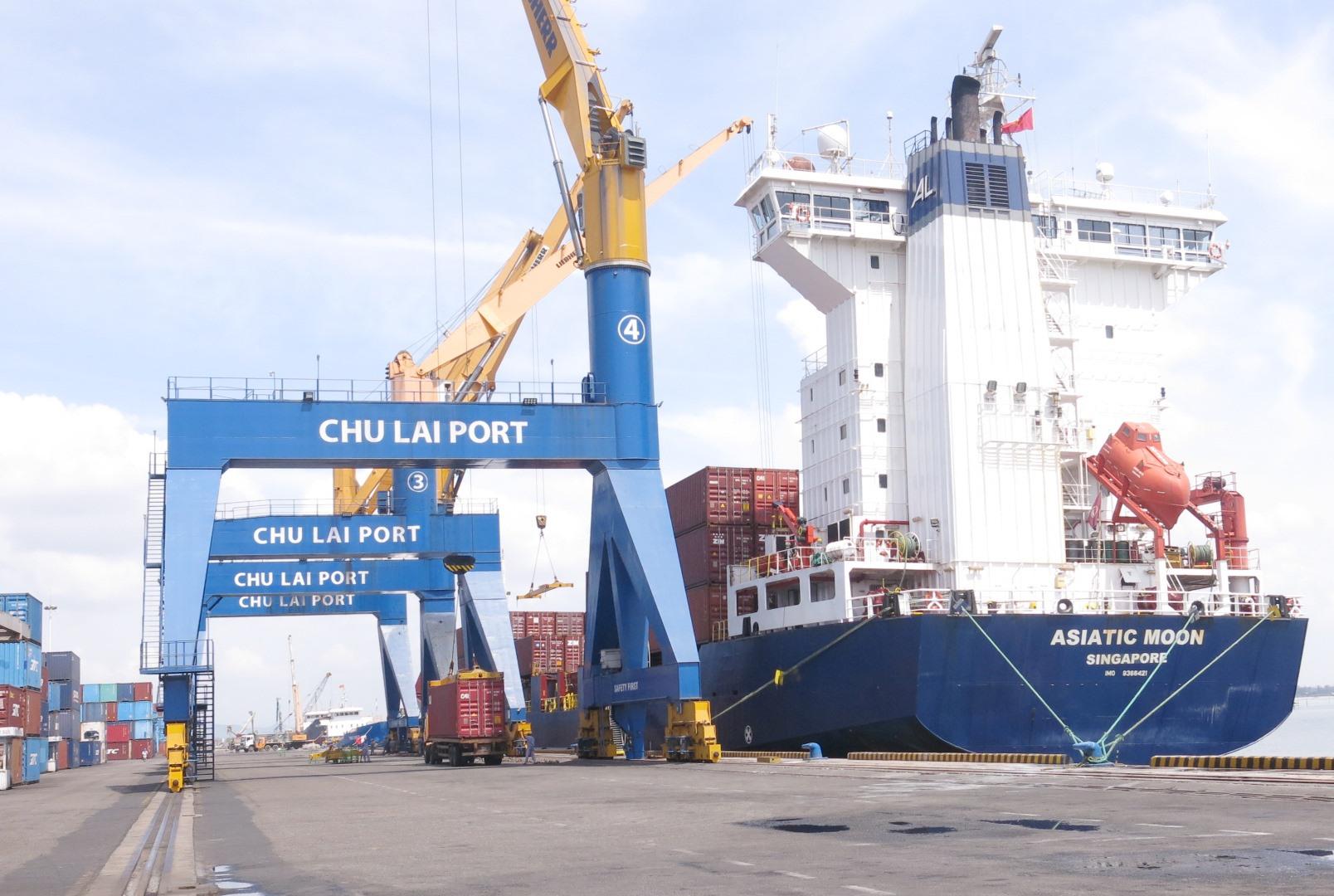 Tàu cập cảng và nhiều phương tiện, khách hàng ra vào cảng tạo ra nguy cơ lây nhiễm dịch bệnh tại cảng Chu Lai - Trường Hải. Ảnh: T.DŨNG