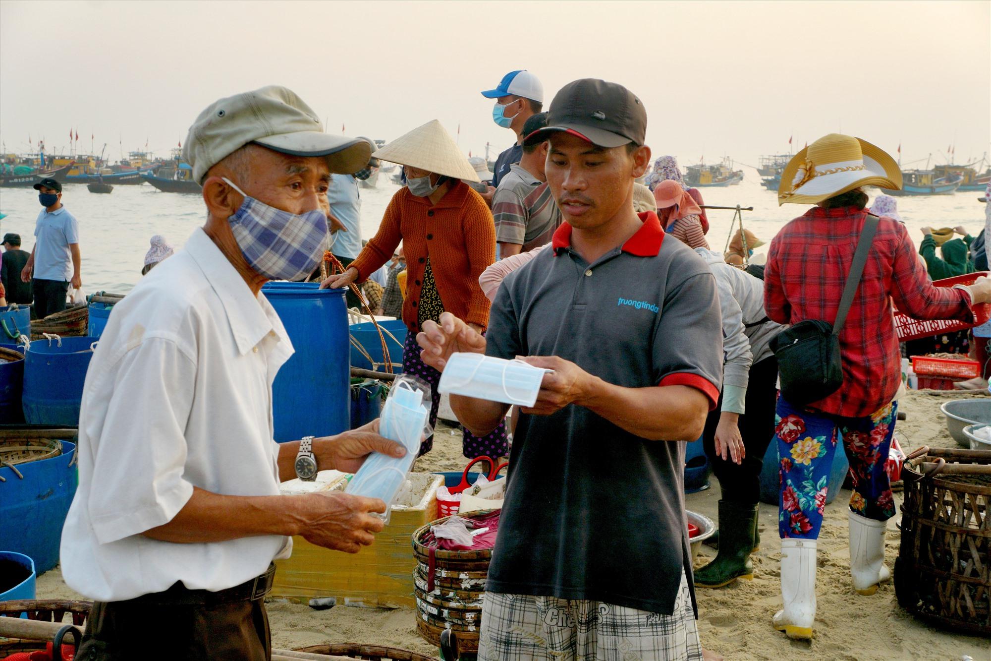 Phát và hướng dẫn người dân đeo khẩu trang để phòng chống dịch bệnh Covid-19. Ảnh: Nguyễn Điện Ngọc