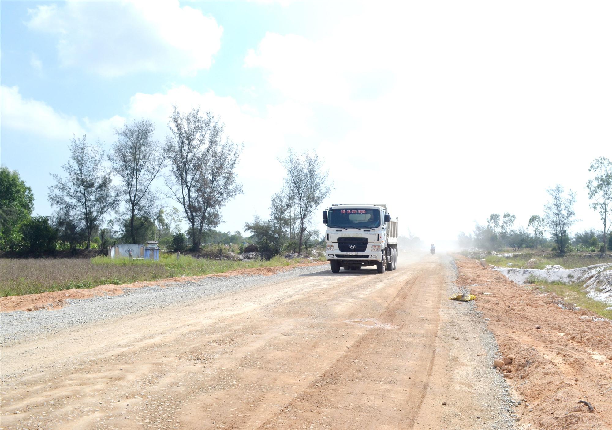 Do vướng mặt bằng nên đường nối từ đường Võ Chí Công đến quốc lộ 1 vẫn chưa thi công hoàn thiện. Ảnh: VIỆT NGUYỄN