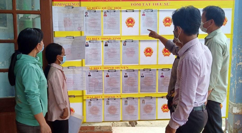 Cử tri xã Trà Bui đến nhà sinh hoạt cộng đồng tìm hiểu tiểu sử tóm tắt của các ứng viên ĐBQH khóa XV và đại biểu HĐND các cấp nhiệm kỳ 2021 - 2026. Ảnh: V.B