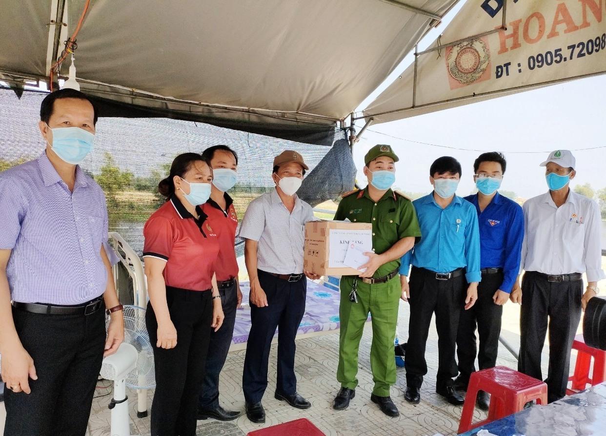 Đoàn đã đến thăm các chốt kiểm soát người và phương tiện vào địa phận thị xã tại nút giao thông ĐT607 nối địa phận Điện Bàn - Đà Nẵng