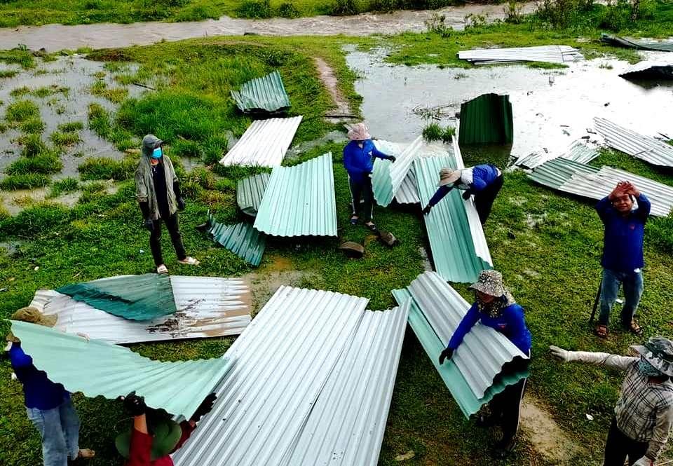 Sau trận lốc, hàng chục ngôi nhà người dân bị tốc mái. Chính quyền địa phương nhanh chóng huy động lực lượng khắc phục. Ảnh: Đ.N