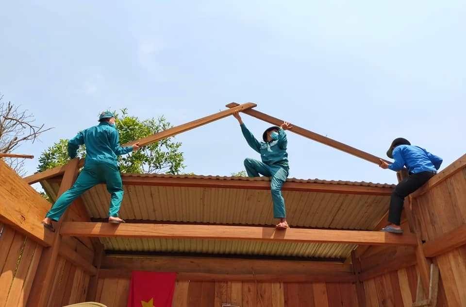 Nhiều ngày qua, thười tiết ở Nam Giang rất nắng nóng. Dù vậy, lực lượng xung kích vẫn miệt mài cùng giúp sức khắc phục hậu quả thiên tai, mong muốn người dân sớm ổn định về chỗ ở. Ảnh; Đ.N