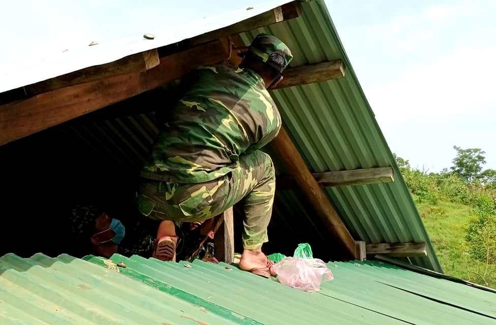 Ngoài thanh niên và lực lượng dân quân, hàng chục chiến sĩ biên phòng cũng góp sức tham gia khắc phục thiên tai tại các xã biên giới. Ảnh: Đ.N