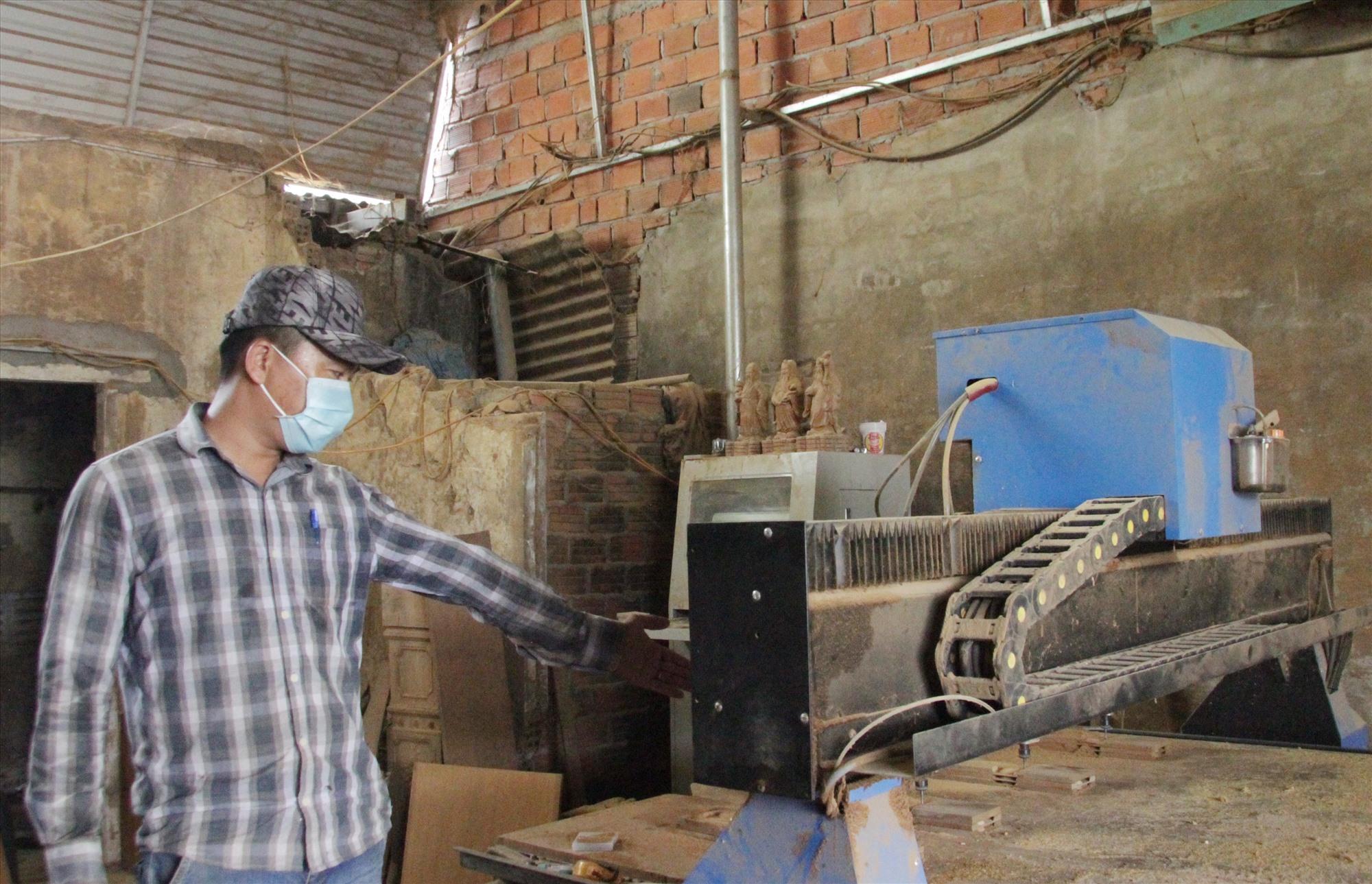 Khi các máy móc trong xưởng mộc bị hư, anh Công là người trực tiếp sửa chữa chúng. Ảnh: H.Q