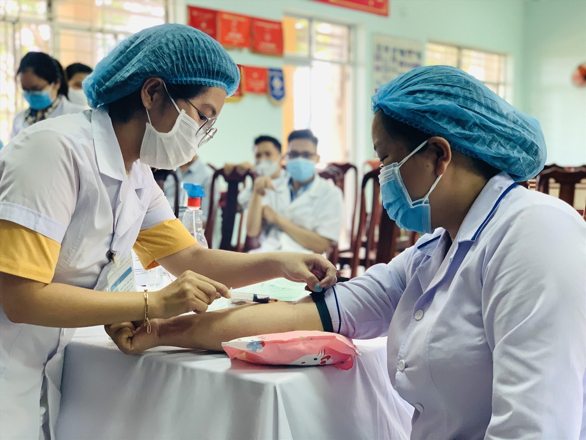 Các y bác sĩ của Trung tâm Y tế Duy Xuyên được lấy mẫu xét nghiệm Covid-19 vào sáng 13.5. Ảnh: T.L