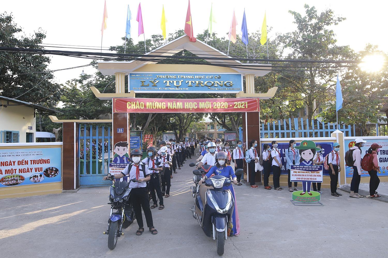 """Mô hình """"Cổng trường an toàn giao thông"""" (phát động từ đầu năm học 2020 - 2021) tại Trường THCS Lý Tự Trọng, huyện Tiên Phước. Ảnh: C.T"""