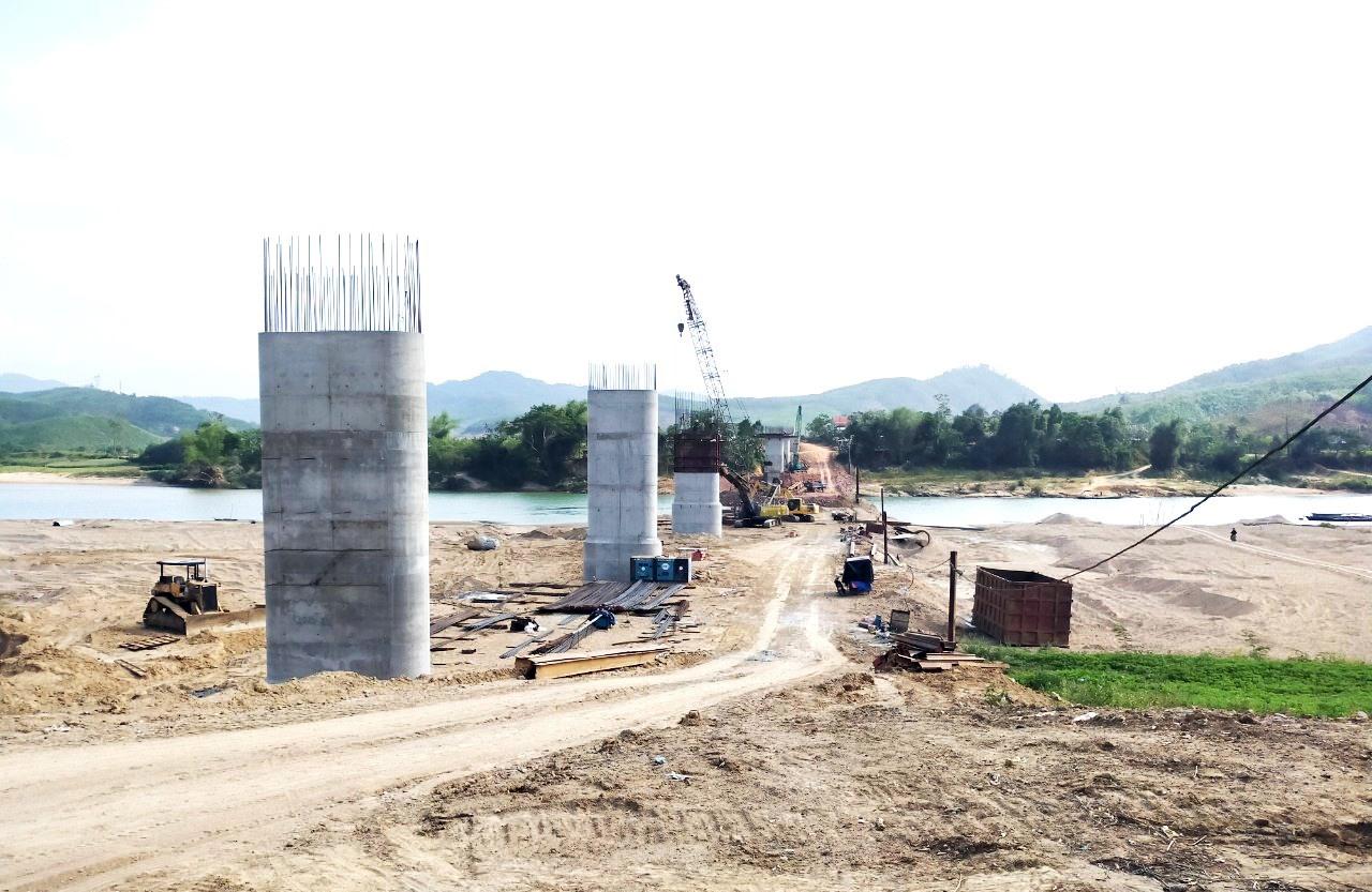 Nhà thầu đang đẩy nhanh tiến độ thi công cầu Hội Khách - Tân Đợi (ảnh chụp tháng 4.2021). Ảnh: K.K