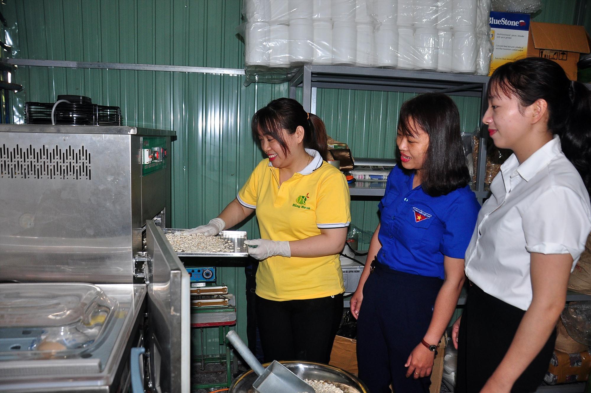 Tham quan cơ sở sản xuất của Nguyễn Thị Lệ Hằng. Ảnh: Đ.L