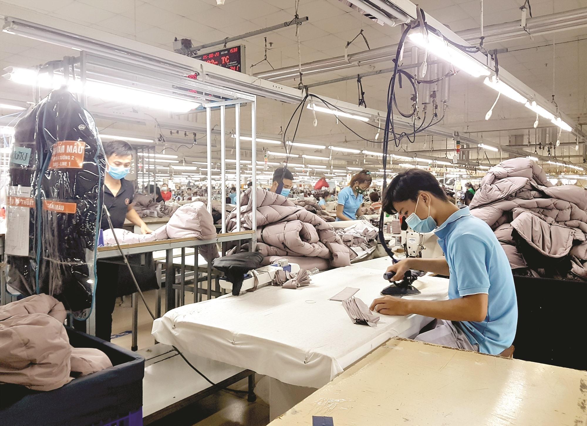 Quảng Nam đã yêu cầu các Khu công nghiệp, cơ sở kinh doanh sản xuất siết chặt quản lý và tăng cường các biện pháp phòng chống dịch. Ảnh; D.L