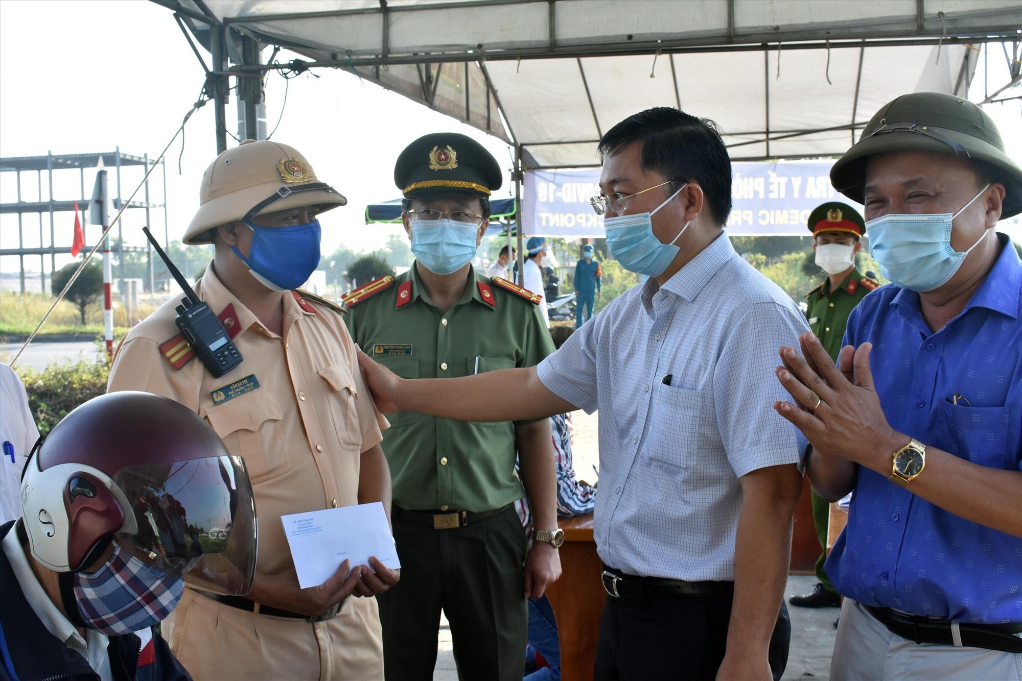 Chủ tịch UBND tỉnh Lê Trí Thanh thăm hỏi, động viên các lực lương chốt chặn kiểm soát dịch Covid -19 tại thị xã Điện Bàn