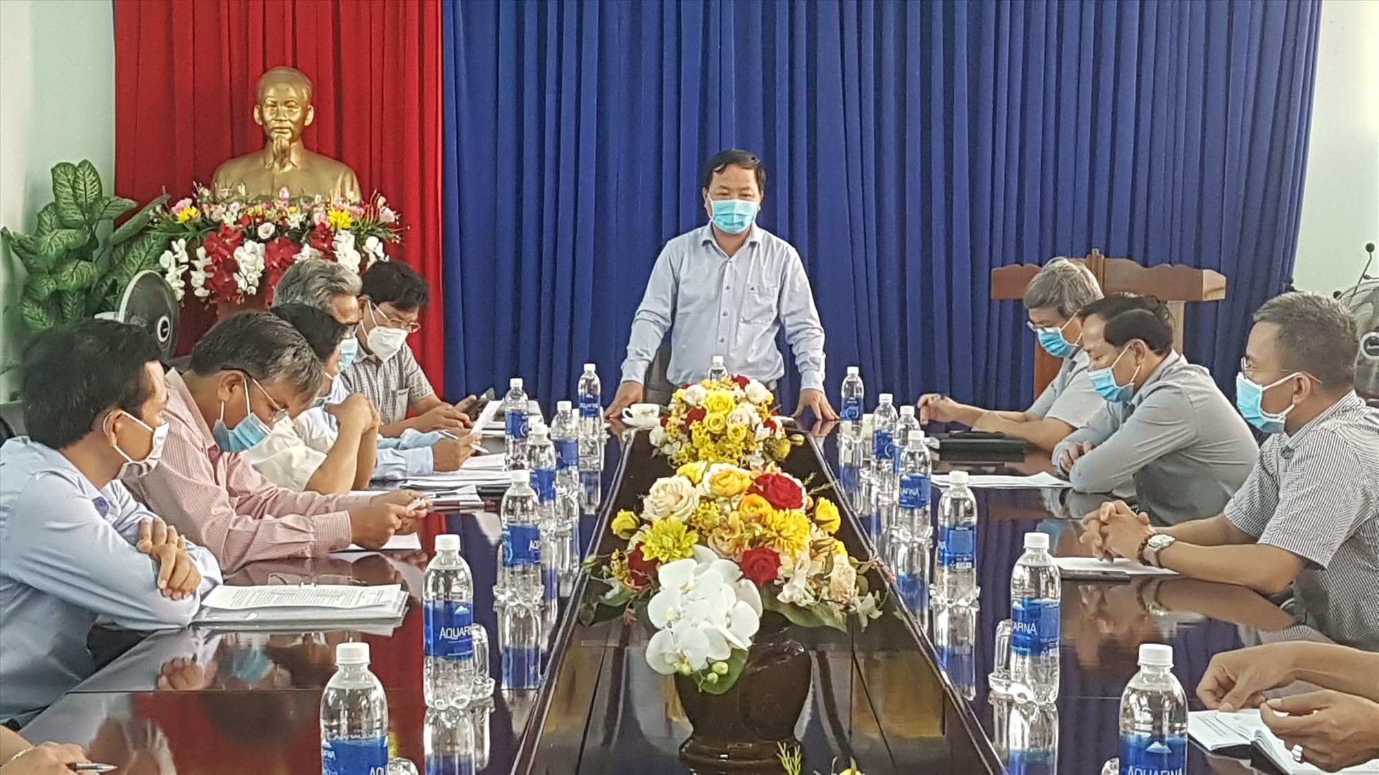 Phó Chủ tịch UBND tỉnh Nguyễn Hồng Quang làm việc với chủ đầu tư và các doanh nghiệp trong KCN Điện Nam - Điện Ngọc. Ảnh: D.L