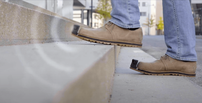 Đôi giày thông minh giúp phát hiện vật cản được rao bán với giá 3.850 USD. Ảnh: Tec-Innovation.