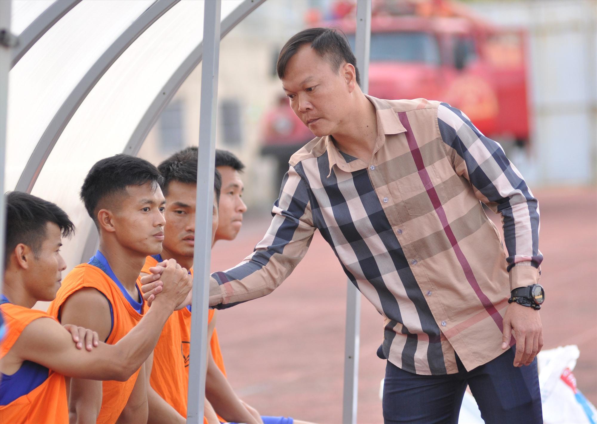 HLV Dương Hồng Sơn cùng các học trò còn nhiều việc phải làm trong thời gian tới. Ảnh: A.S