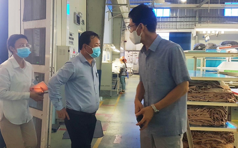 Đoàn kiểm tra việc chống dịch bên trong khu sản xuất của Công ty Panko Tam Thăng. Ảnh: D.L