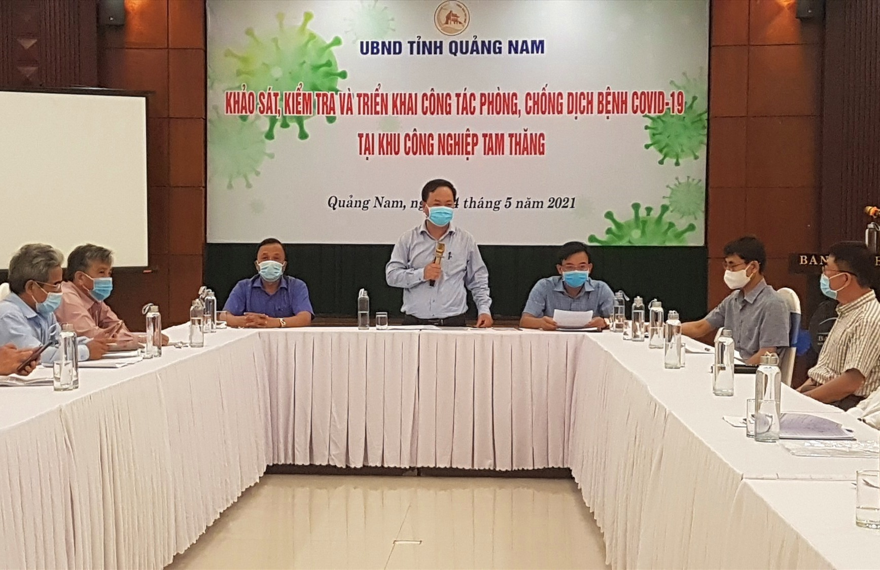 Phó Chủ tịch UBND tỉnh Nguyễn Hồng Quang làm việc với chủ đầu tư và các doanh nghiệp trong KCN Tam Thăng. Ảnh: D.L