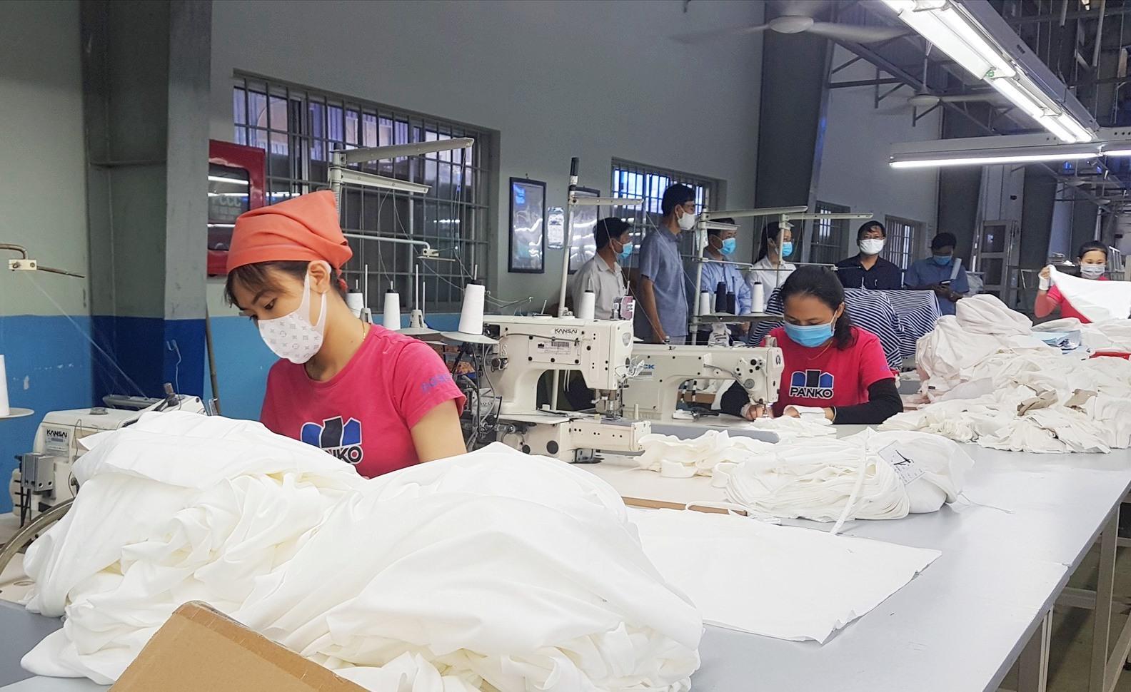 Các doanh nghiệp đang nỗ lực vừa chống dịch vừa duy trì sản xuất. Ảnh: D.L