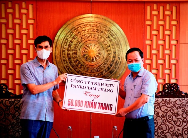 Deputy Chairman of the Quang Nam provincial People's Committee Nguyen Hong Quang received the donation.