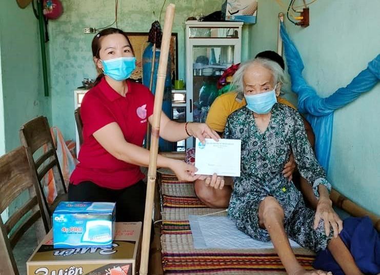 Hội LHPN phường Điện An trao quà cho một hoàn cảnh neo đơn, khó khăn. Ảnh: N.T