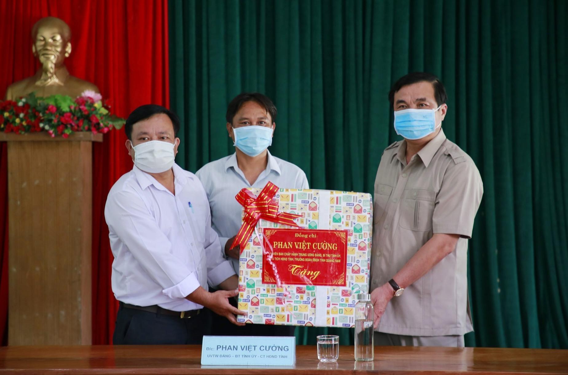 Đồng chí Phan Việt Cường tặng quà cho đại diện lãnh đạo xã La Êê. Ảnh: T.C