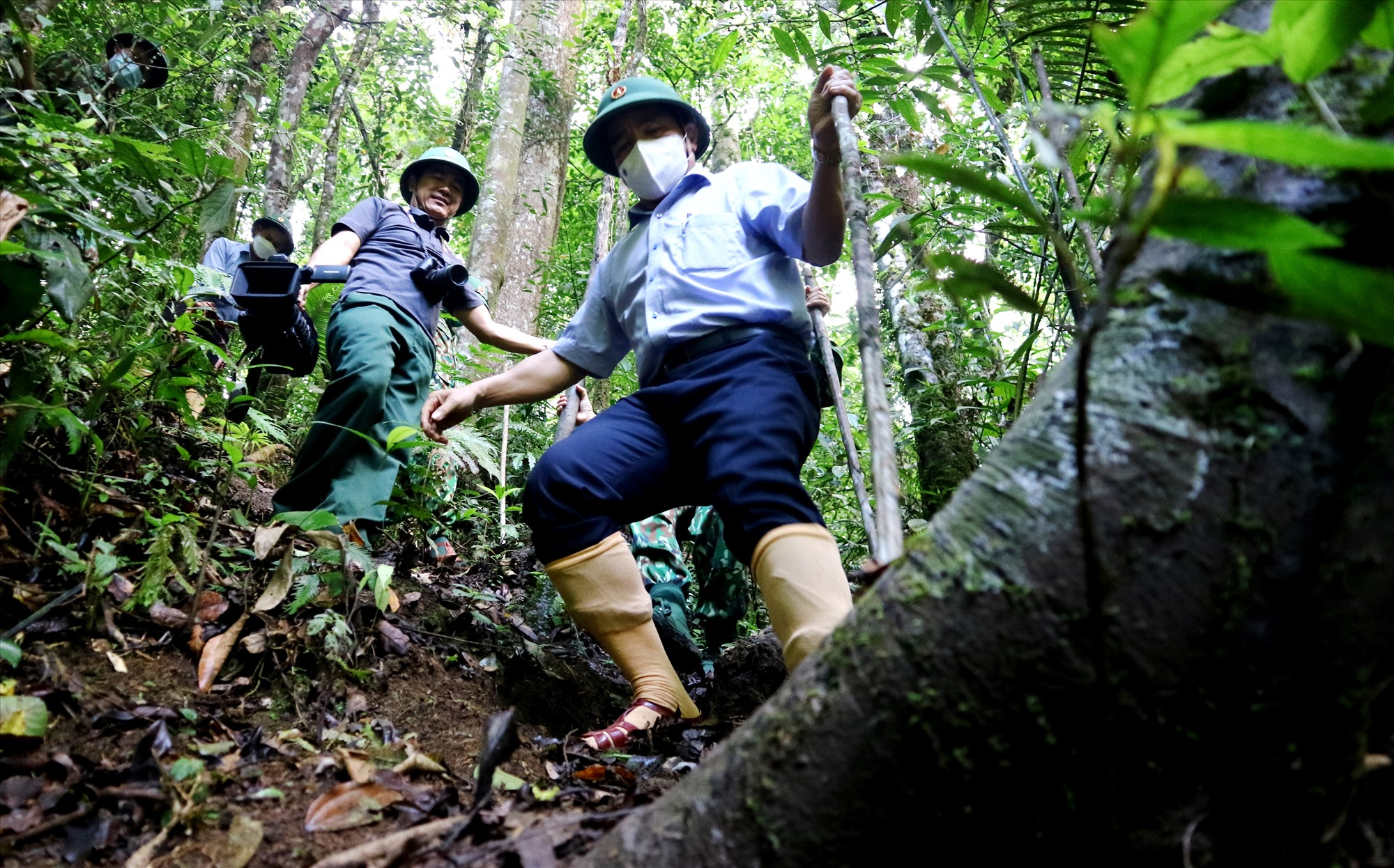 Phó Bí thư Thường trực Tỉnh ủy Lê Văn Dũng lặn lội đường rừng đến thăm chốt kiểm soát biên giới. Ảnh: A.N