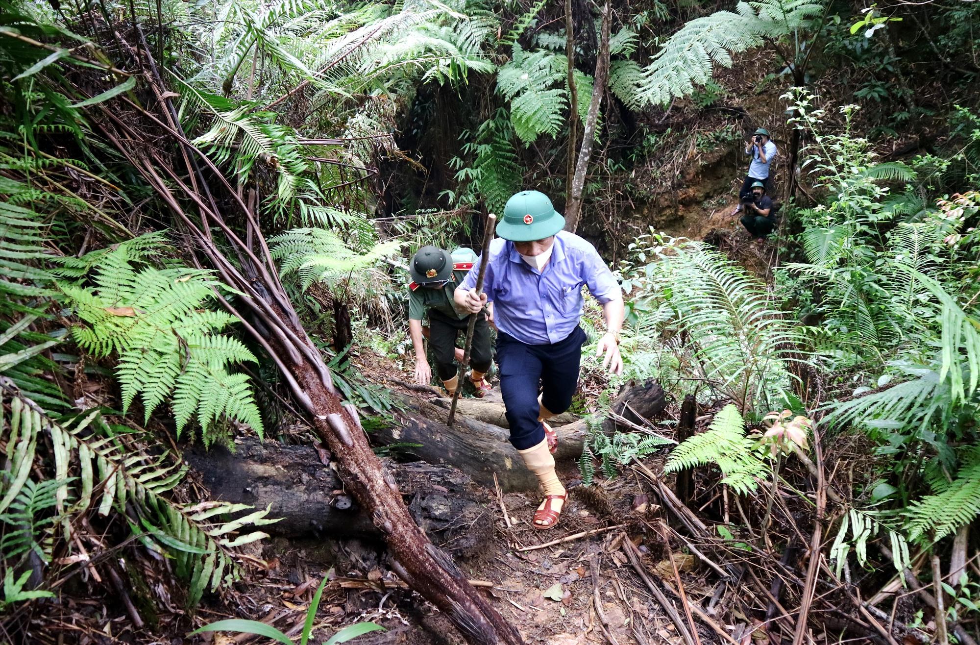 Đường đến chốt, dốc nối dốc, phải mất gần 1 giờ đồng hồ đi bộ, đoàn công tác mới đến nơi. Ảnh: A.N