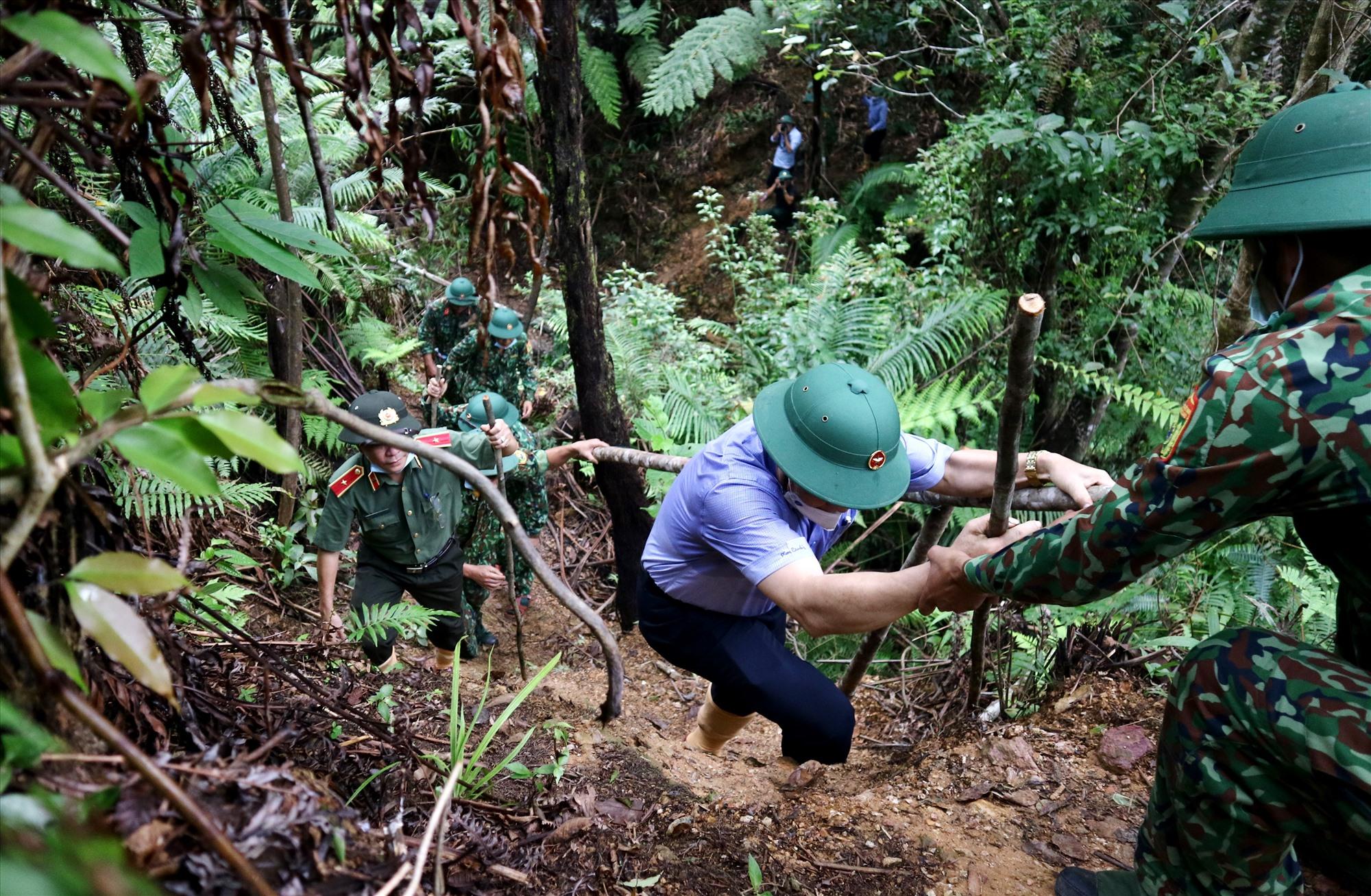 Chiến sĩ biên phòng hỗ trợ đoàn công tác leo núi. Ảnh: A.N