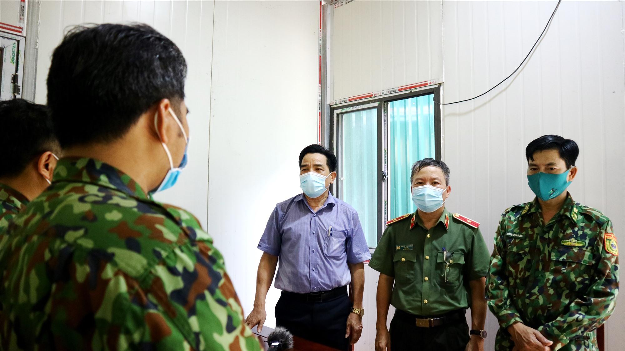 Đồng chí Lê Văn Dũng chia sẻ và động viên cán bộ chiến sĩ tại kiểm soát biên giới làm tốt nhiệm vụ được giao phó. Ảnh: A.N