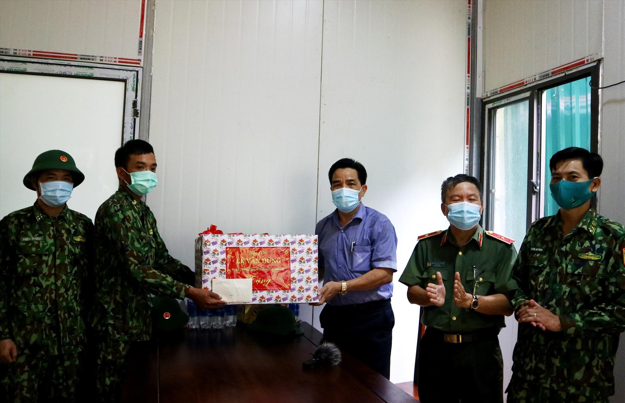Thay mặt lãnh đạo tỉnh, đồng chí Lê Văn Dũng tặng quà động viên cán bộ chiến sĩ chốt kiểm soát số 2 xã La Dêê. Ảnh: A.N