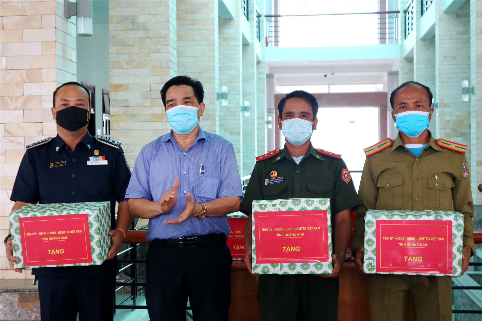 Dịp này, Phó Bí thư Thường trực Tỉnh ủy Lê Văn Dũng cũng đến thăm, động viên lực lượng làm nhiệm vụ bảo vệ biên giới của Lào tại Trạm cửa khẩu Đắc Tà Oọc. Ảnh: A.N