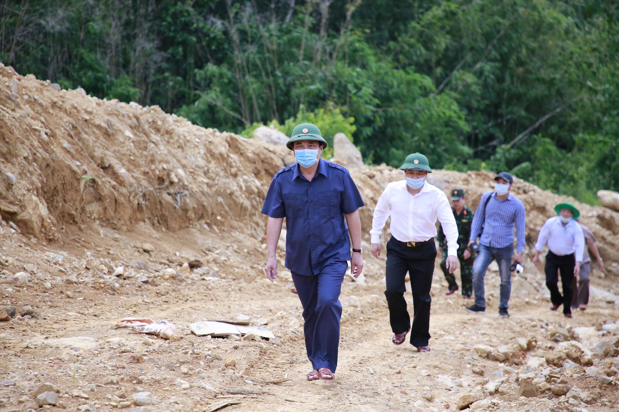 Bí thư Tỉnh ủy Phan Việt Cường cùng đoàn công tác vào thăm chốt kiểm soát phòng dịch Covid-19 Đăk Ngol. Ảnh: T.C
