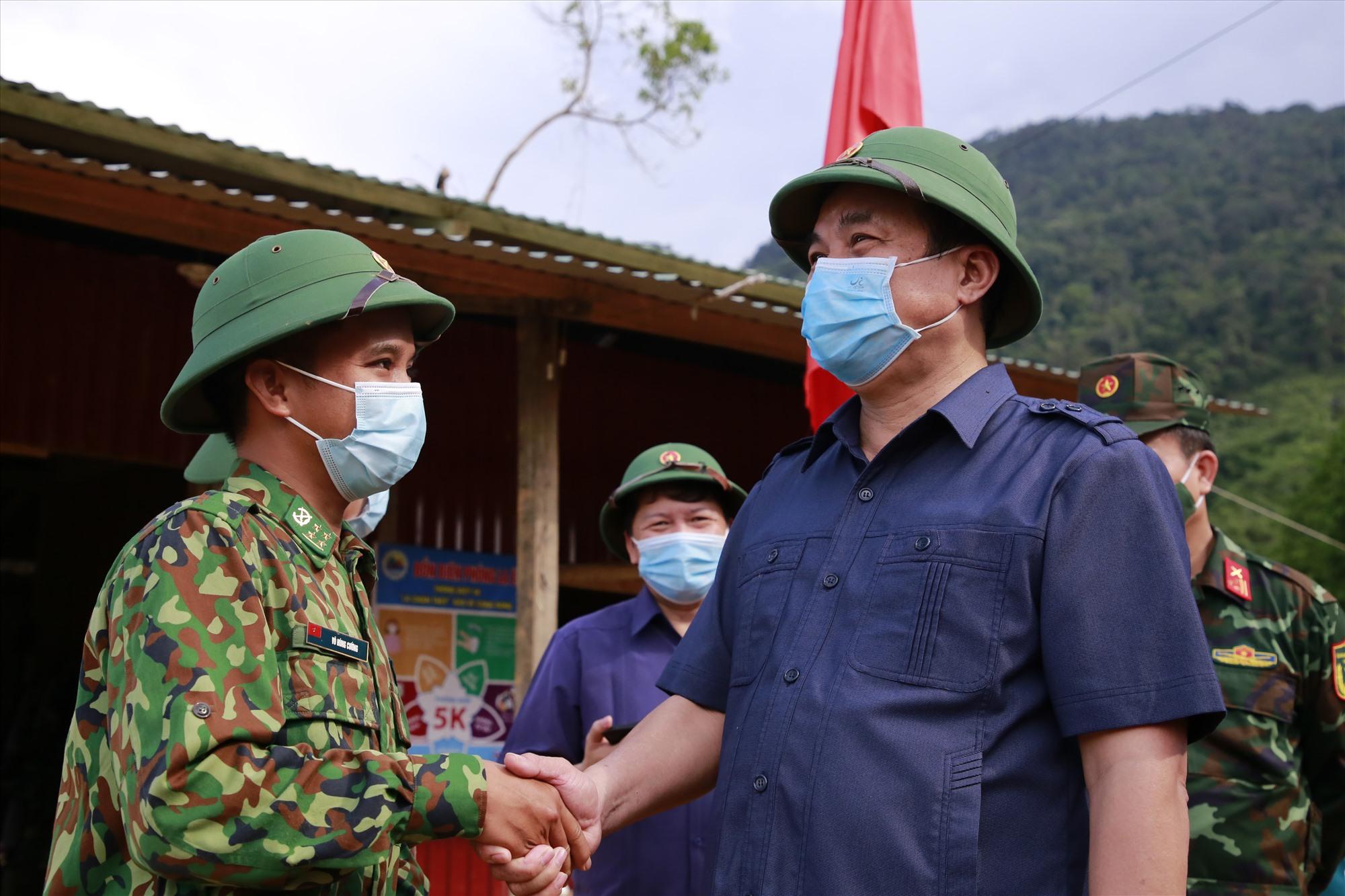 Đồng chí Phan Việt Cường động viên cán bộ, chiến sĩ yên tâm bám chốt, nỗ lực hoàn thành xuất sắc nhiệm vụ nơi tuyến đầu. Ảnh: T.C