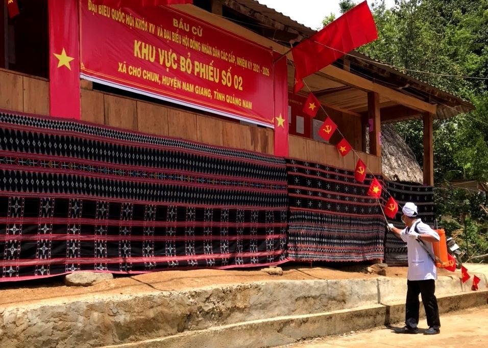 Công tác phun thuốc khử trùng được tiến hành đồng bộ và hoàn tất tại 24 điểm bầu cử sớm huyện Nam Giang. Ảnh: Đ.N