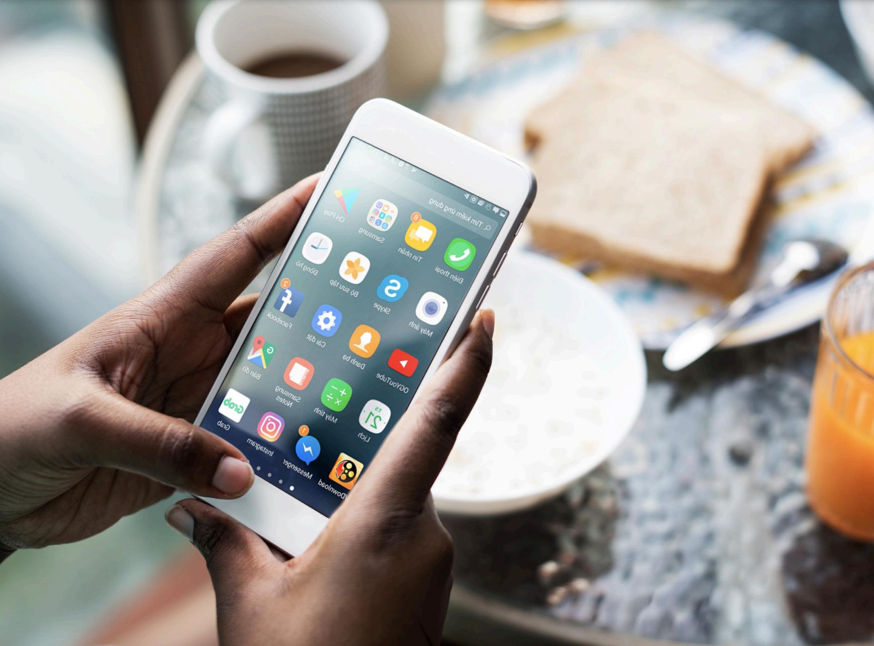 Việt Nam hiện có khoảng 70% dân số sử dụng điện thoại thông minh, tương đương với tỉ lệ người sử dụng Internet. Ảnh: Appota