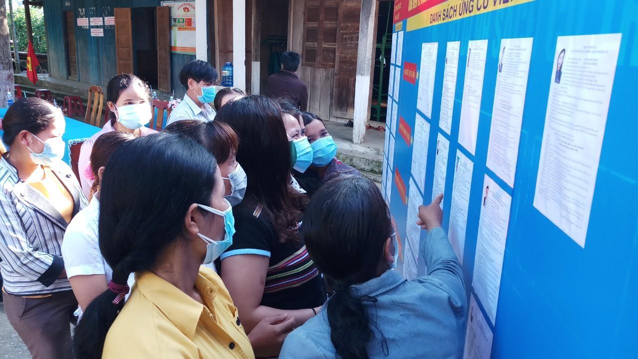 Ở điểm bầu của số 2, thôn Đắc Ôốc, xã La Dêê, cử tri tìm hiểu thông tin ứng cử viên để chuẩn bị vào bỏ phiếu.