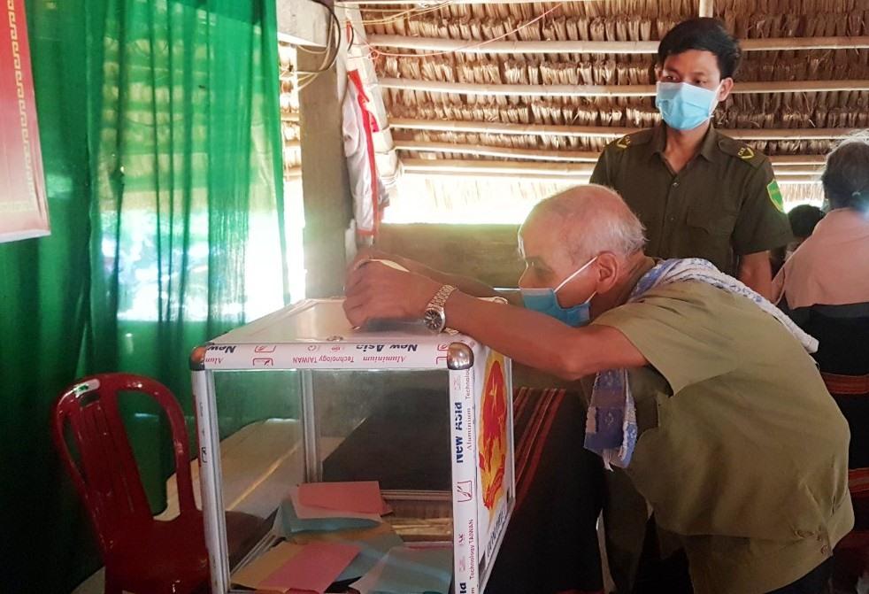 Những lá phiếu đầu tiên được cử tri thôn Đắc Tà Vâng bỏ vào thùng phiếu.
