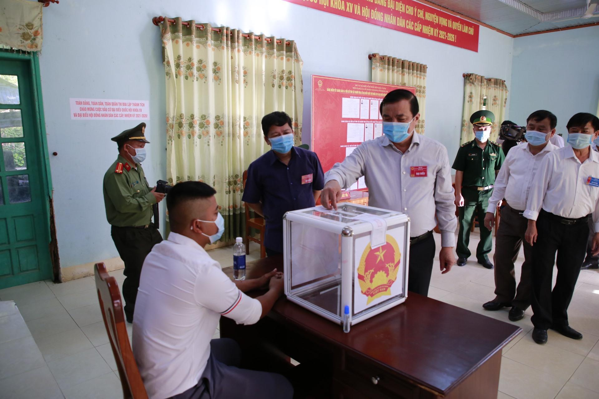 Tại điểm bỏ phiếu số 2, xã La Êê, Bí thư Tỉnh ủy Phan Việt Cường kiểm tra điểm bỏ phiếu, nhắc nhở tổ bỏ phiếu dặn người dân không bỏ nhầm thẻ cử tri vào hòm phiếu.