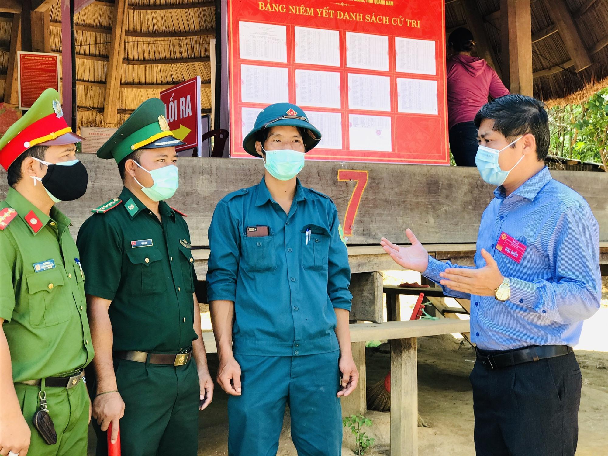 Ông Phan Thái Bình-Trường đoàn ĐBQH tỉnh trao đổi với lực lượng bảo vệ bầu cử tại khu vực bỏ phiếu thôn 49A, xã Đắc Pring