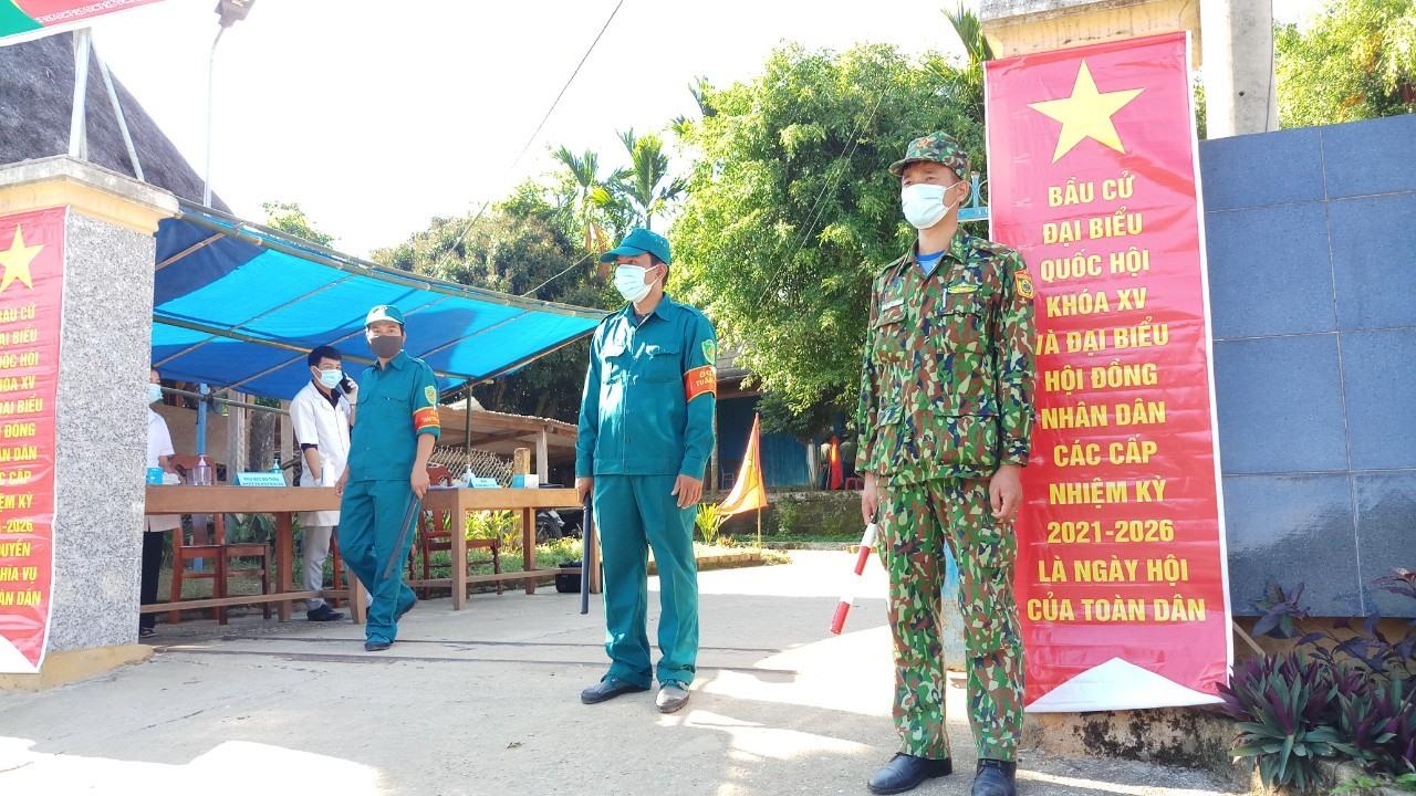 Bộ đội biên phòng và dân quân xã La Dêê tham gia trực bảo vệ tại các điểm bỏ phiếu trên địa bàn.