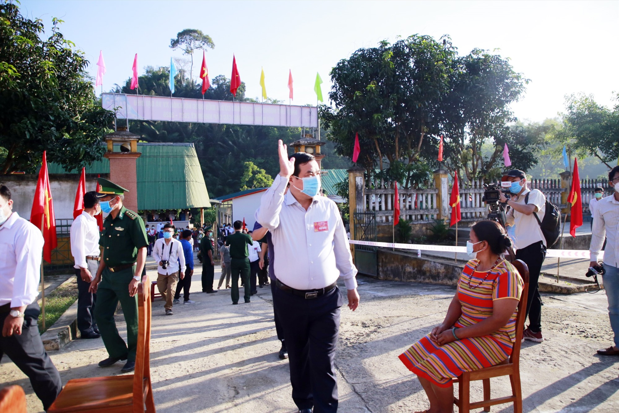 Bí thư Tỉnh ủy Phan Việt Cường có mặt từ rất sớm tại khu vực bỏ phiếu số 2, xã La Êê, thân mật chào hỏi các cử tri đến sớm.