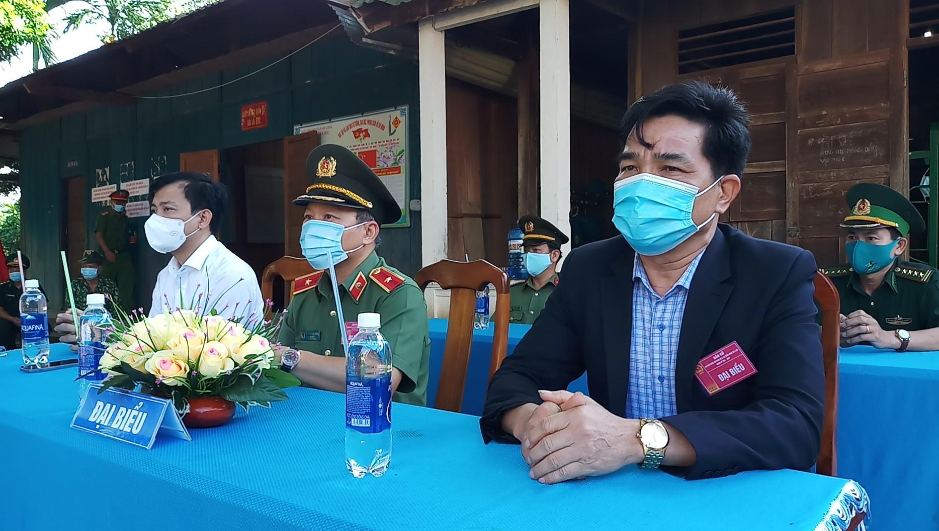 Phó Bí thư Thường trực Tỉnh ủy Lê Văn Dũng dự lễ khai mạc bầu cử tại điểm bầu cử thôn Đắc Ốc, xã La Dêê, huyện Nam Giang.